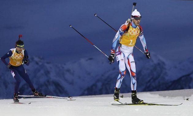 Nor Ole Einar Björndalen (vlevo) stíhá Jaroslava Soukupa v závodě smíšených štafet.