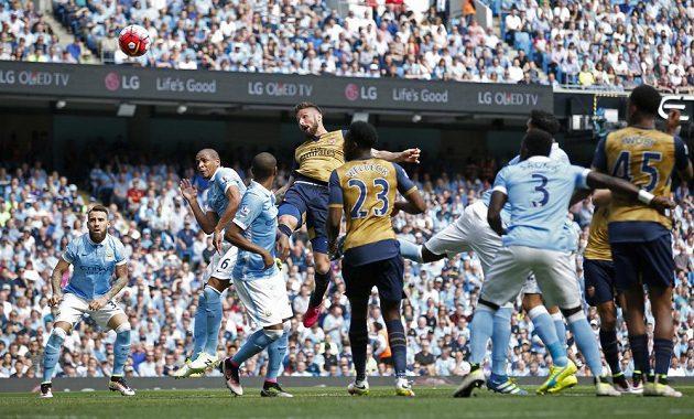 Útočník Arsenalu Olivier Giroud (čtvrtý zleva) hlavičkoval do sítě gólmana Harta.