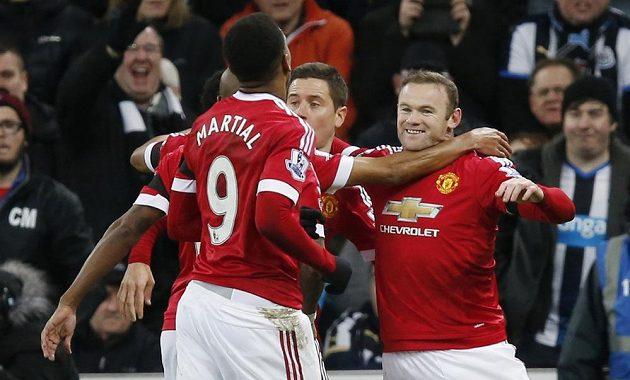 Wayne Rooney (vpravo) oslavuje se spoluhráči z Manchesteru United svoji trefu v utkání s Newcastlem.