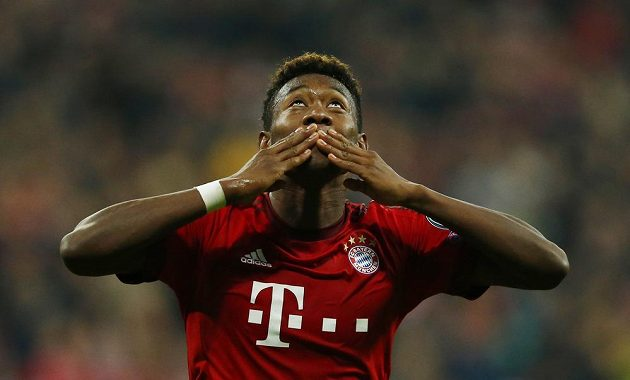 Fotbalista Bayernu Mnichov David Alaba oslavuje gól proti Arsenalu.