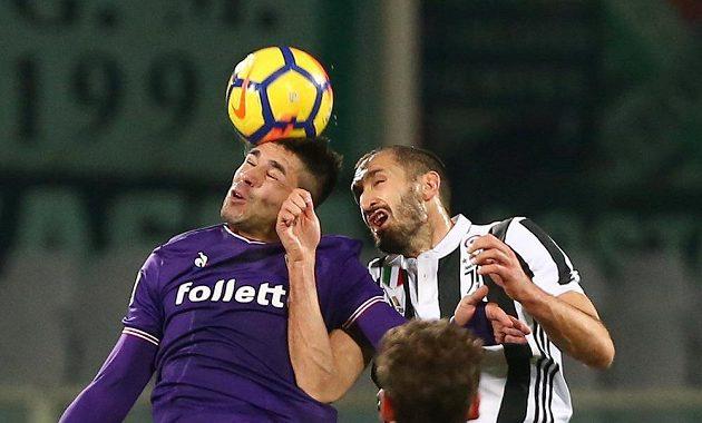 Giovanni Simeone v dresu Fiorentiny (vlevo) v ostrém hlavičkovém souboji s Giorgiem Chiellinim z Juventusu.