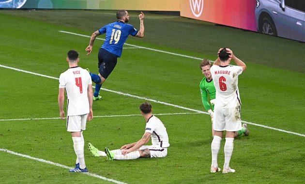 Ital Leonardo Bonucci (19) právě vyrovnal stav finále s Anglií.