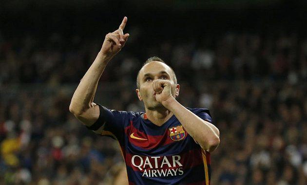 Záložník Barcelony Andrés Iniesta oslavuje gól proti Realu Madrid.