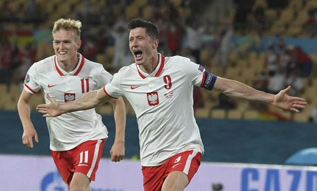 Polský snajpr Robert Lewandowski (vpravo) vyrovnal v duelu proti Španělsku na 1:1 a udržel svému týmu postupové naděje.