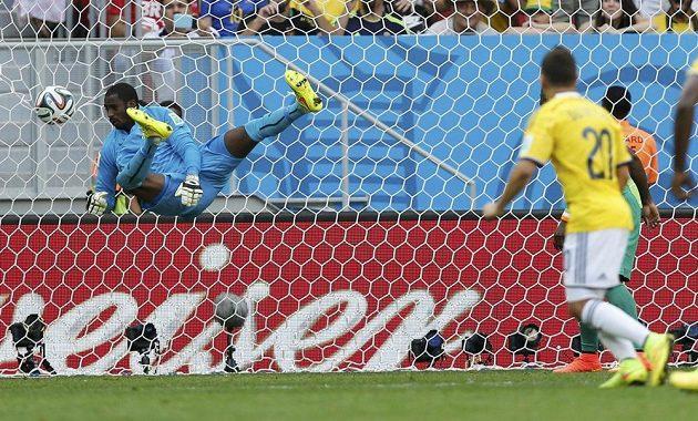 Juan Quintero (20) dává druhý kolumbijský gól, překonává brankáře Pobřeží slonoviny Boubacara Barryho.
