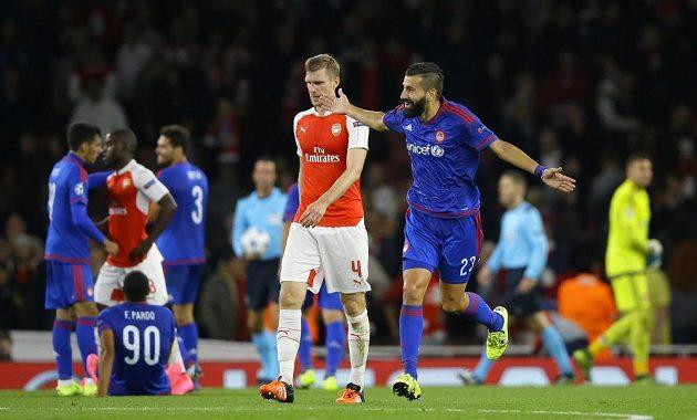 Dimitris Siovas (vpravo) po utkání slavil, vedle něj obránce Arsenalu Per Mertesacker.