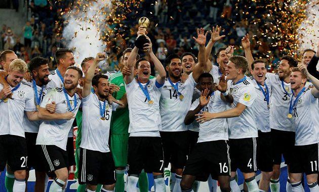 Kapitán Němců Julian Draxler jako první pozvedl pohár určený vítěznému týmu Poháru FIFA.