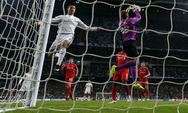 Cristiano Ronaldo z Realu Madrid (vlevo) dotírá na liverpoolskou branku střeženou Simonem Mignoletem.