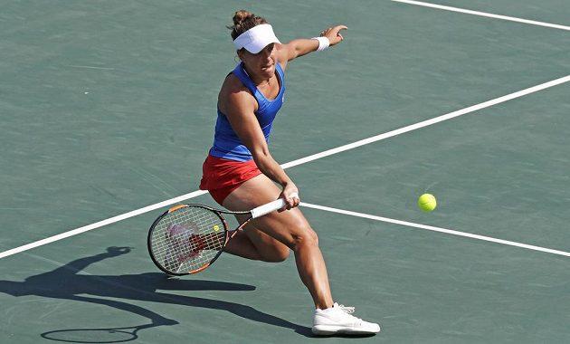 Barbora Strýcová dobíhá míček v zápase s Yaninou Wickmayerovou z Belgie.