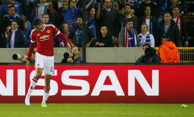 Fotbalista Manchesteru United Chris Smalling ztratil kopačku během odvety play off Ligy mistrů proti Bruggám.