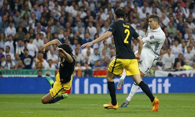 Nechat prostor Cristianu Ronaldovi z Realu Madrid se nevyplácí. Hvězda Bílého blaetu právě střílí druhý gól do sítě Atlétika Madrid v semifinále Ligy mistrů.