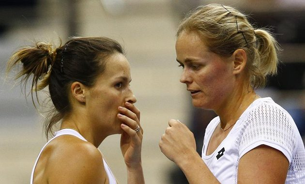 Německé hráčky Tatjana Mariaová (vlevo) a Anna-Lena Grönefeldová se domlouvají, jaký zvolí servis.