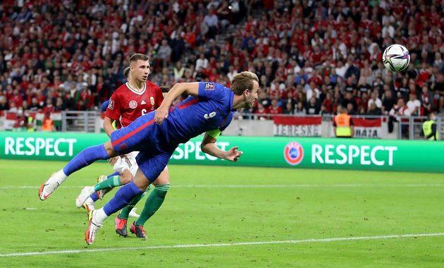 Anglický fotbalový reprezentant Harry Kane střílí gól na půdě Maďarska v kvalifikaci MS 2022.