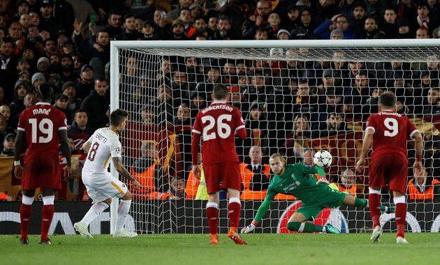 Diego Perotti z penalty vystřelil římskému AS do odvety naději.