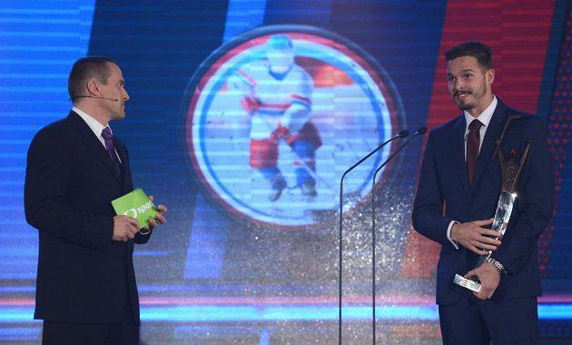 Viktor Ujčík v roli moderátora (vlevo) a brankář Dominik Furch.