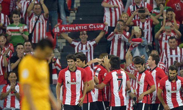 Radost fotbalistů Bibaa ze vstřelení gólů při prvním zápase o španělský Superpohár proti Barceloně.
