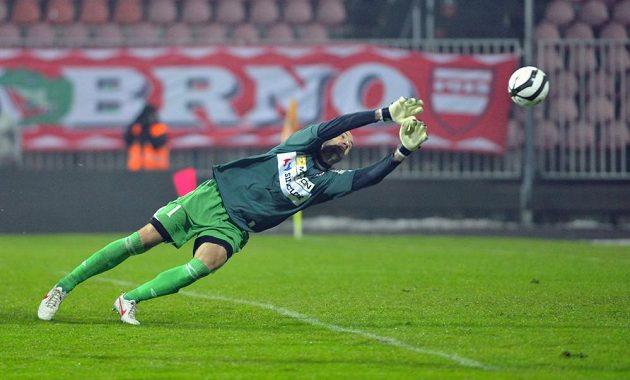 Gólman Zbrojovky Brno Martin Doležal dostává gól.