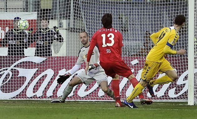 Jihlavský útočník Arnold Šimonek (vpravo) střílí gól brněnskému brankáři Martinu Doležalovi (vlevo) v pondělní dohrávce 22. kola Gambrinus ligy. Uprostřed