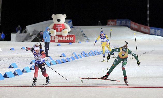 Vítězka sobotní stíhačky v Novém Městě na Moravě Marte Olsbuová Roeiselandová (vlevo) z Norska a druhá Dorothea Wiererová z Itálie. V pozadí dobíhá třetí Hanna Öbergová ze Švédska.