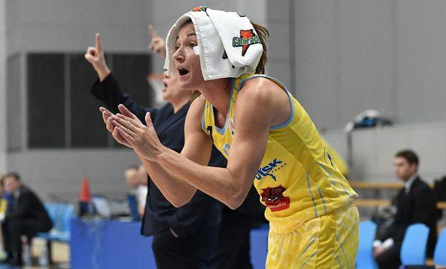 Laia Palauová z USK Praha fandí spoluhráčkám.
