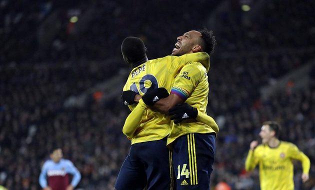 Arsenal slaví důležitou výhru nad West Hamem v Premier League. Na snímku se radují Pierre-Emerick Aubameyang a Nicolas Pepe.