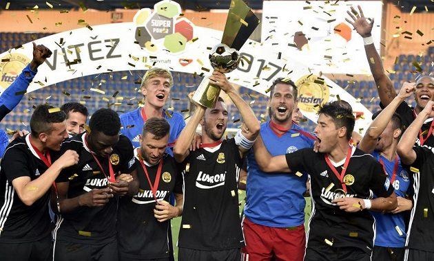 Fotbalisté Zlína se radují z vítězství v Česko-slovenském Superpoháru.