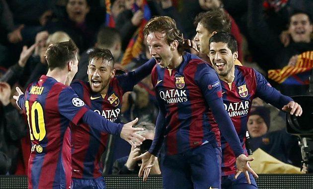 Ivan Rakitič (druhý zprava) děkuje spoluhráči Messimu (vlevo) za gólovou přihrávku, střelci gratulují i Neymar (uprostřed) a Luis Suárez.