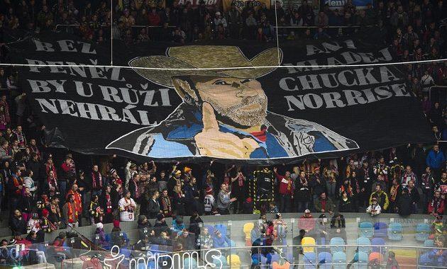 Fanoušci Hradce Králové a jejich transparent během utkání s Chomutovem.