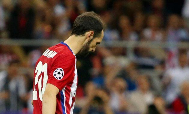 Zklamaný Juanfran z Atlétika po neproměněné penaltě v rozstřelu finále Ligy mistrů.