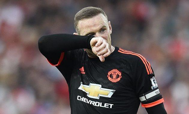 Kapitán Rudých ďáblů Wayne Rooney je zklamaný z průběhu utkání.