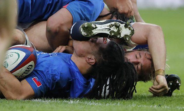 Voní ti, chlapče, voní...? Dole TJ Ioane (Samoa), nahoře Chris Robshaw (Anglie).