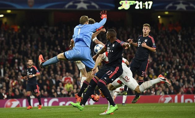 Manuel Neuer (v modrém) chytal na Arsenalu výborně, až do chvíle, kdy v 77. minutě podběhl centr domácích.