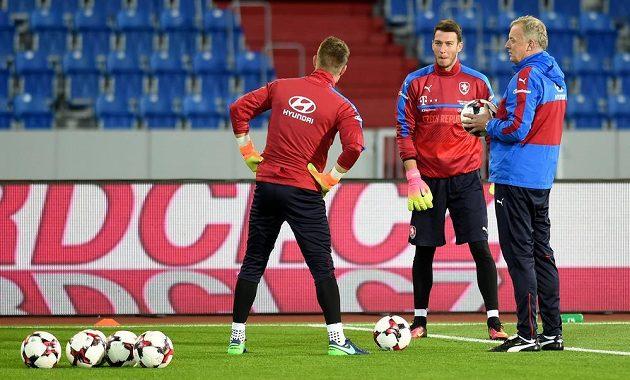 Tomáš Vaclík (zády), Jiří Pavlenka a trenér brankářů Jan Stejskal.