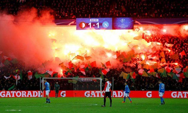 Atmosféra rotterdamského stadiónu De Kuip při duelu Feyenoordu s Napolí.