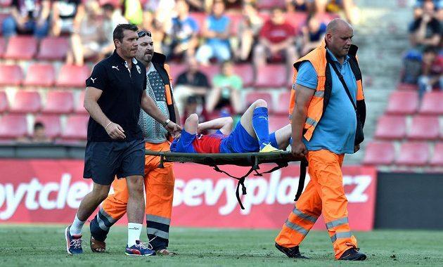 Zraněný Václav Pilař z Plzně opouštěl hrací plochu na nosítkách. Kopačkou ho při Superpoháru zasáhl sparťan Mario Holek.
