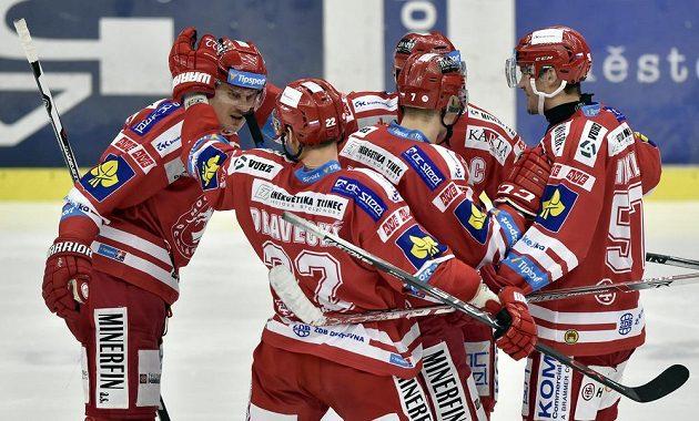 Třinečtí hokejisté se radují z gólu na ledě Zlína.