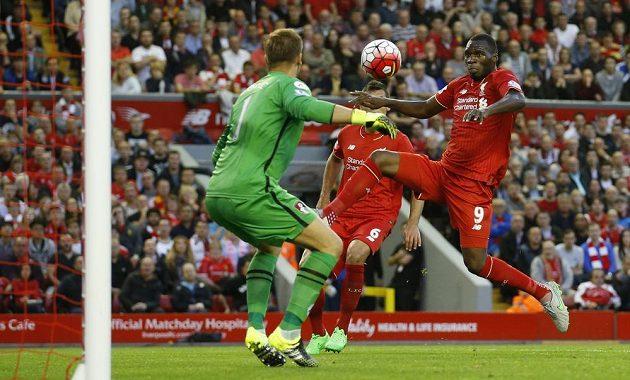 Christian Benteke střílí vítězný gól Liverpoolu v pondělní dohrávce proti Bournemouthu.