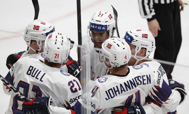 Norský hokejový reprezentant Christian Bull slaví se spoluhráči vstřelený gól na mistrovství světa.