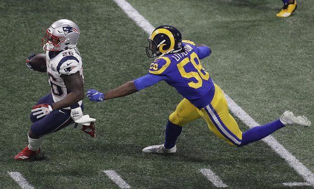 Sony Michel (26) z týmu New England Patriots utíká soupeři z Los Angeles Rams Corymu Littletonovi (58) během Super Bowlu.
