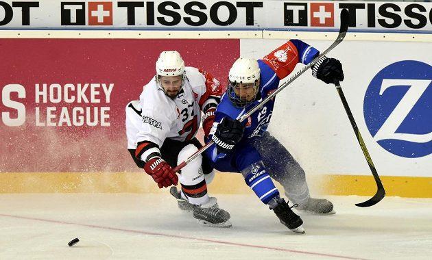 Odvetné utkání čtvrtfinále play off hokejové Ligy mistrů: HC Kometa Brno - JYP Jyväskylä. Zleva Ossi Ikonen z finského týmu Jyväskylä a Adam Gajarský z Brna.