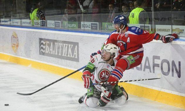 Michail Varnakov (vlevo) z AK BARS Kazaň a Nathan Oystrick z HC Lev Praha v utkání KHL v Praze.