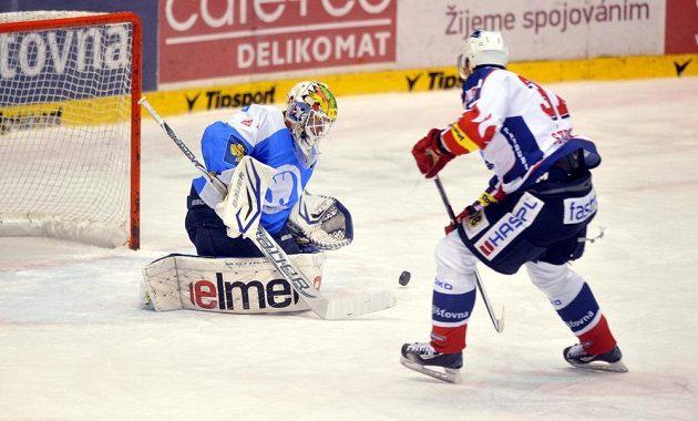 Zleva Lukáš Mensator z Plzně a Petr Sýkora z Pardubic v utkání 23. kola hokejové extraligy.