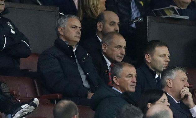Kouč Manchesteru United José Mourinho byl vykázán na tribunu.