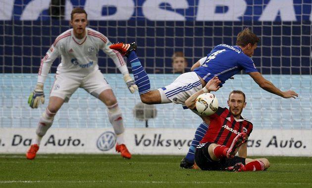 Benedikt Höwedes ze Schalke padá přes ingolstadtského Moritze Hartmanna.