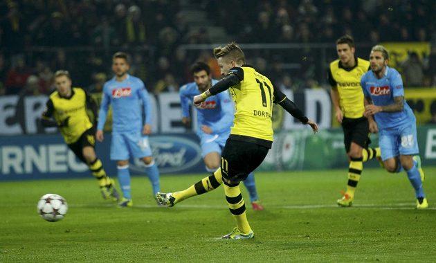 Marco Reus z Borussie Dortmund proměňuje pokutový kop v utkání s Neapolí.