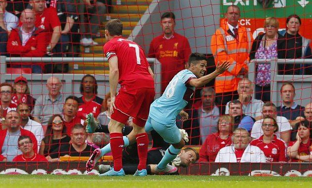 Manuel Lanzini z West Hamu právě otevírá skóre zápasu v Liverpoolu.