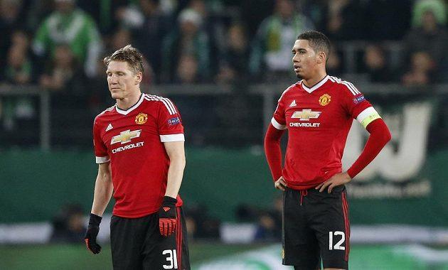 Zklamaní fotbalisté Manchesteru United Bastian Schweinsteiger (vlevo) a Chris Smalling po obdržené brance v zápase s Wolfsburgem.