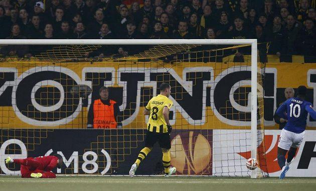 Bernský bek Jan Lecjaks (uprostřed) přihlíží, jak Romelu Lukaku (vpravo) z Evertonu překonává Yvona Mvogu.