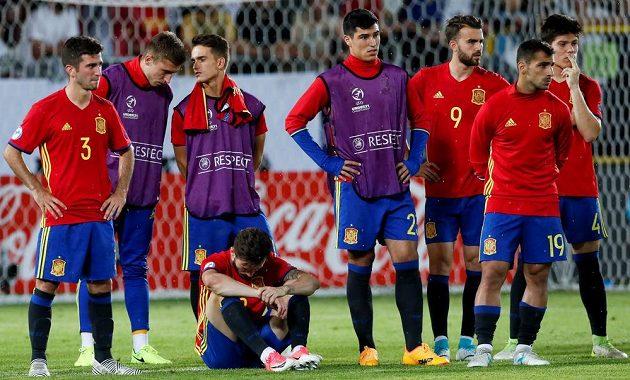 Zklamaní fotbalisté Španělska po finále EURO hráčů do 21 let. Z titulu se po výhře 1:0 radovala reprezentace Německa.