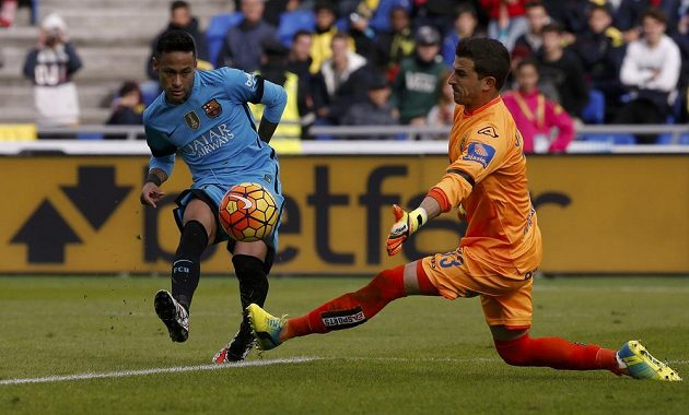 Barcelonský útočník Neymar a gólman Las Palmas Javier Varas.